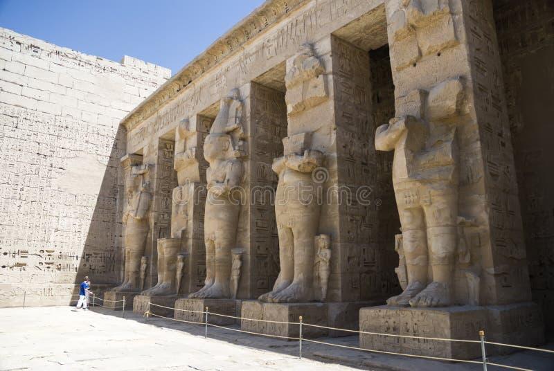 Kolonnad av templet på Medinet Habu i Egypten arkivbilder