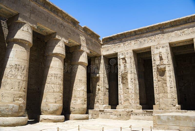 Kolonnad av templet på Medinet Habu i Egypten fotografering för bildbyråer