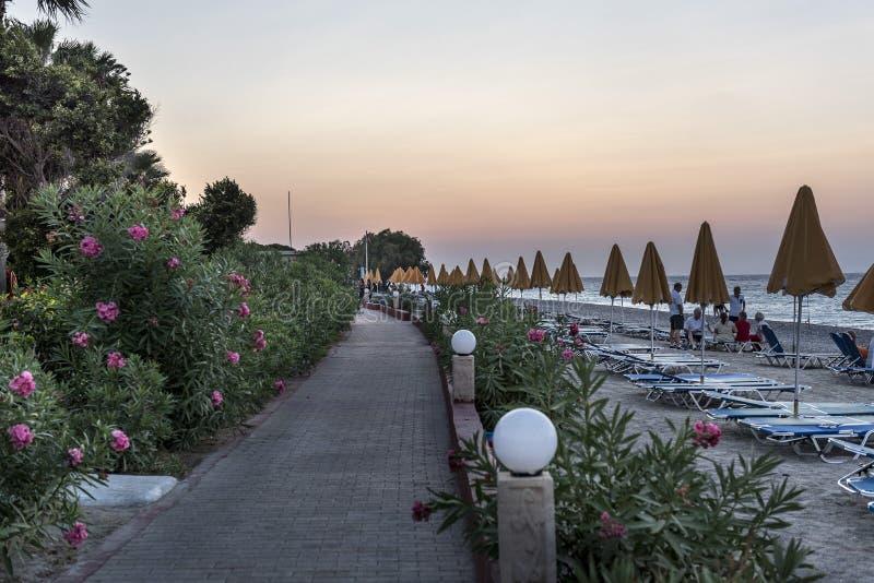 Kolonnad på stranden på solnedgången royaltyfria bilder