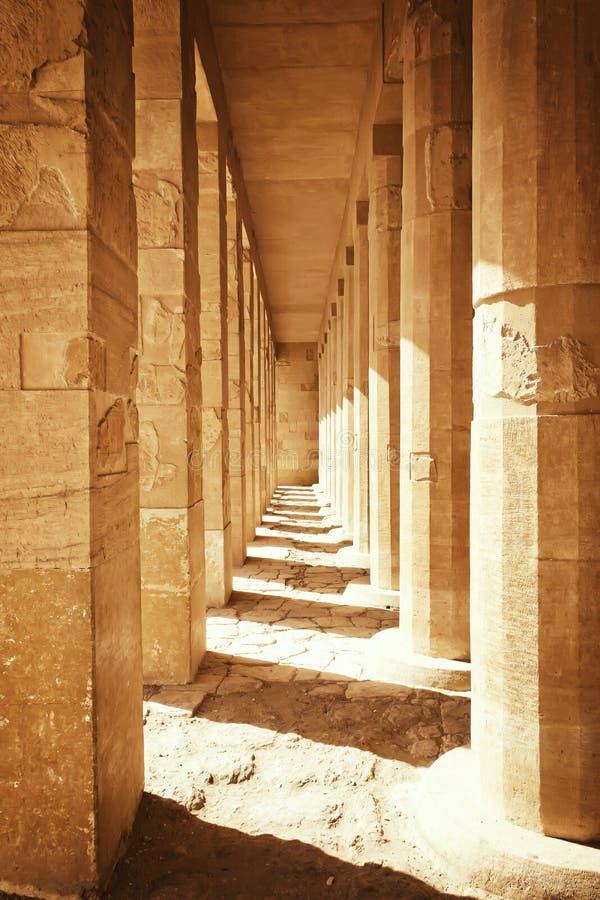 Kolonnad på templet av drottningen Hatshepsut Egypten royaltyfria bilder
