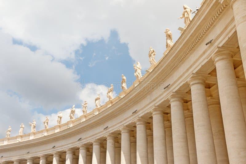 Kolonnad som krönas av statyer Fyrkant för St Peter ` s peter rome s för springbrunn för stad för bakgrundsbasilicabernini fyrkan arkivfoto