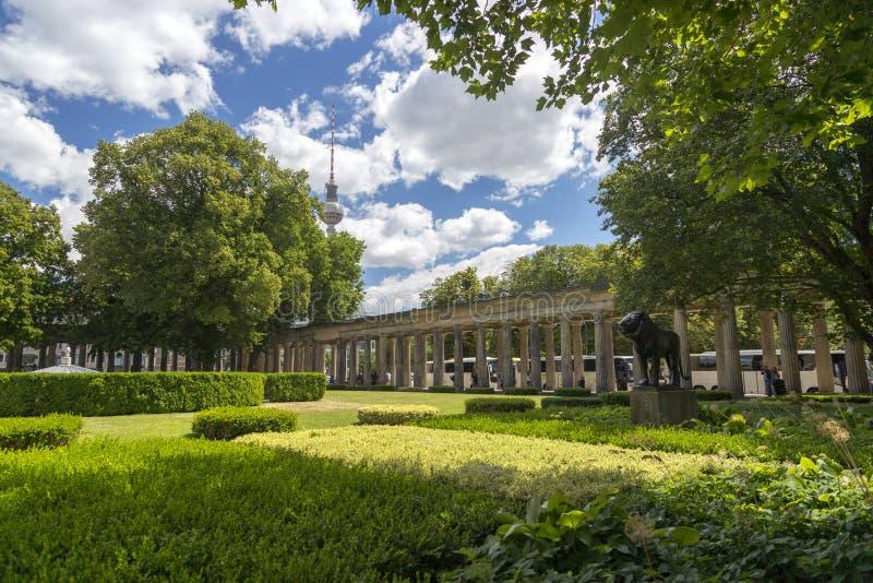 Kolonnadborggård framme av ingången av Alte Nationalgalerie den gamla National Gallery i Berlin royaltyfri bild