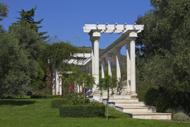 Kolonnade in einem Park Aivazovsky Paradies-Park Partenit lizenzfreies stockbild