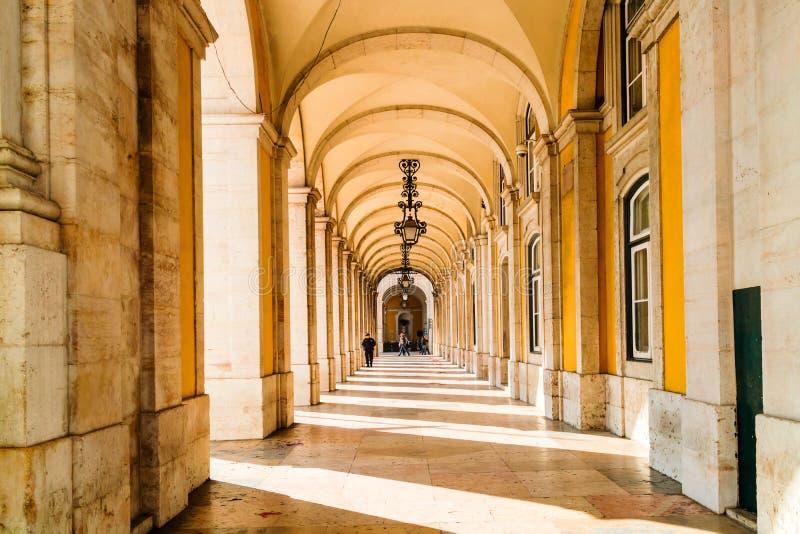 Kolonnade und Torbögen durch das Handelsquadrat, Lissabon lizenzfreie stockfotos