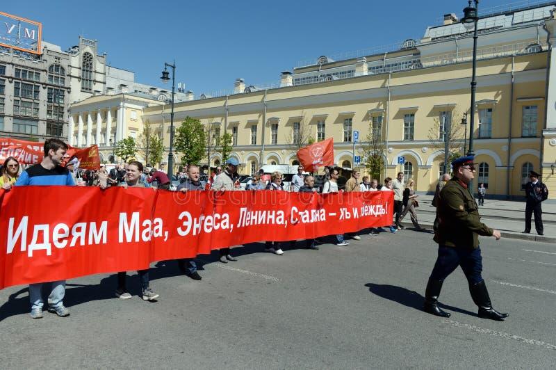 Kolonnen av kommunistpartiet är i mitten av Moskva på en demonstration som är hängiven till Victory Day royaltyfria foton