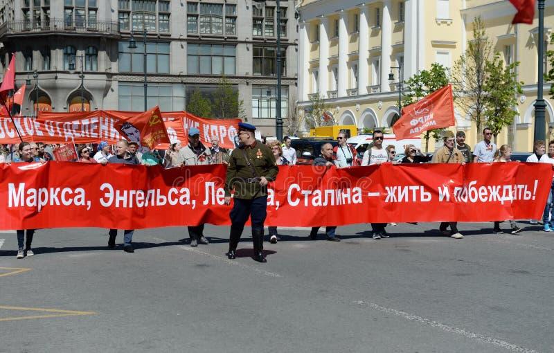 Kolonnen av kommunistpartiet är i mitten av Moskva på en demonstration som är hängiven till Victory Day arkivfoton