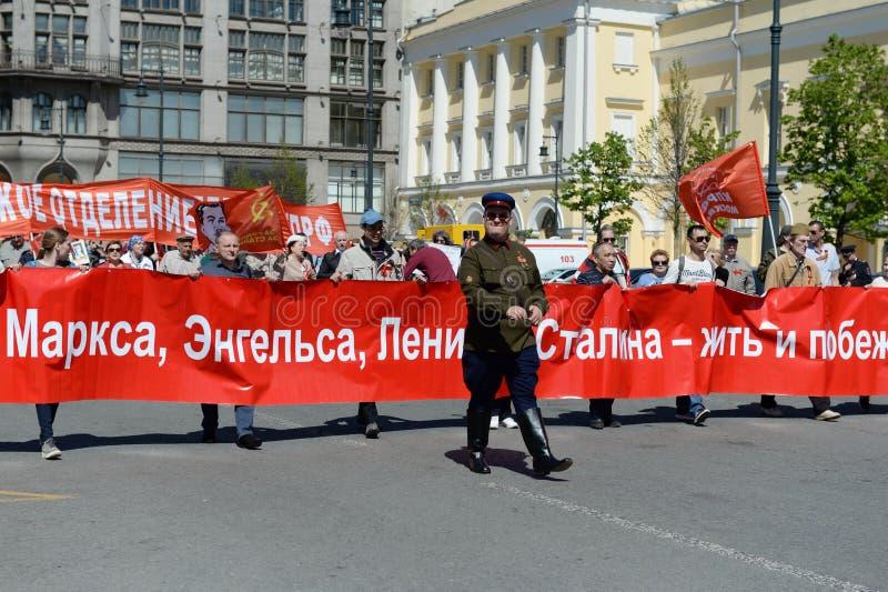 Kolonnen av kommunistpartiet är i mitten av Moskva på en demonstration som är hängiven till Victory Day arkivbild