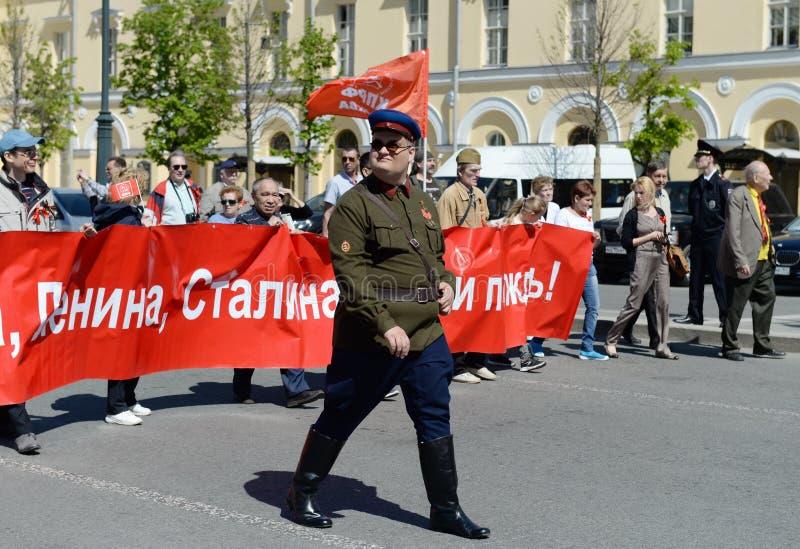 Kolonnen av kommunistpartiet är i mitten av Moskva på en demonstration som är hängiven till Victory Day royaltyfri foto