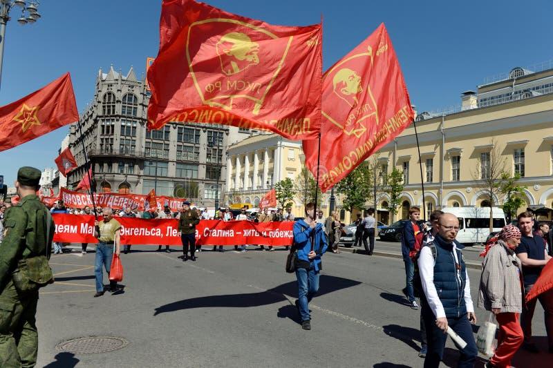 Kolonnen av kommunistpartiet är i mitten av Moskva på en demonstration som är hängiven till Victory Day royaltyfria bilder
