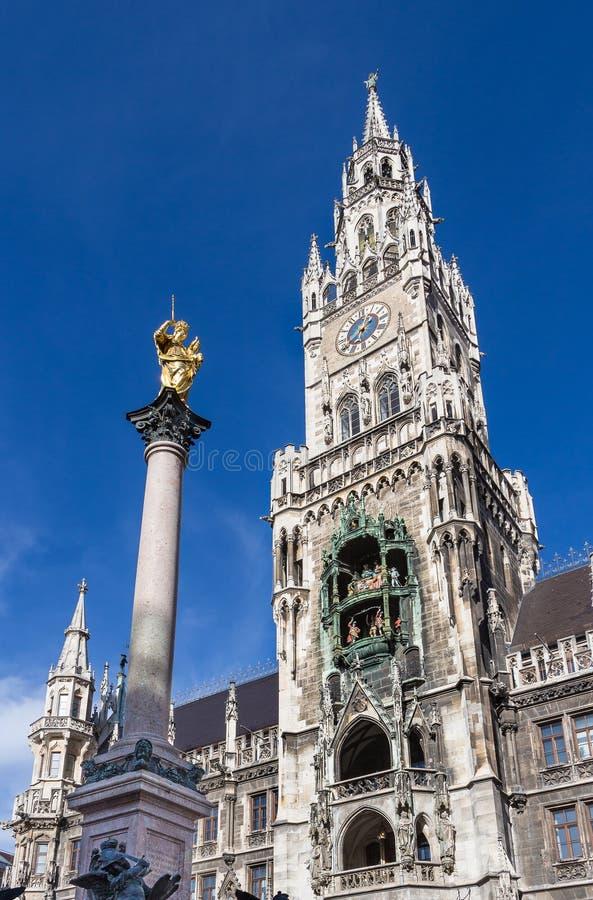 Kolonnen och nya Councill Hall för Vigin Mary ` s står högt på Marienplatz s royaltyfria foton
