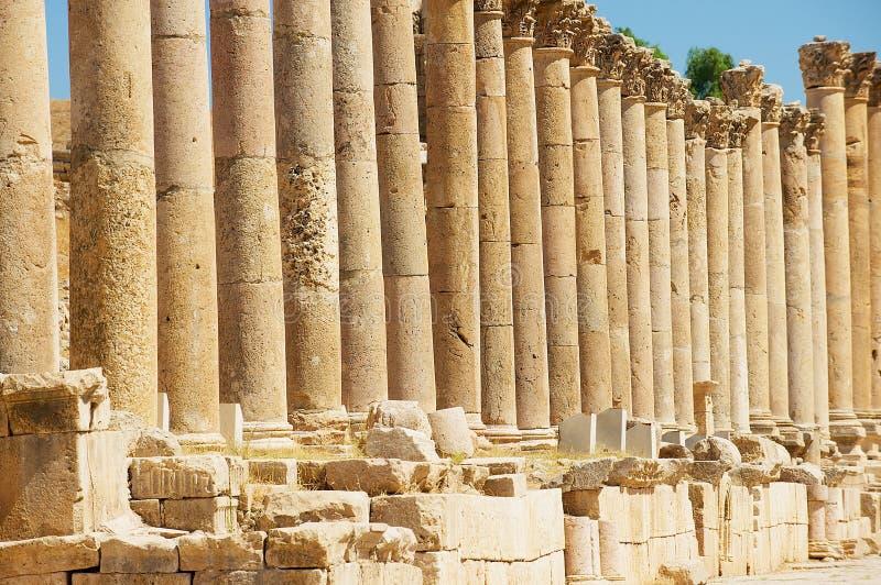 Kolonner av Cardoen Maximus i den forntida roman staden av Gerasa moderna Jerash i Jordanien royaltyfria foton
