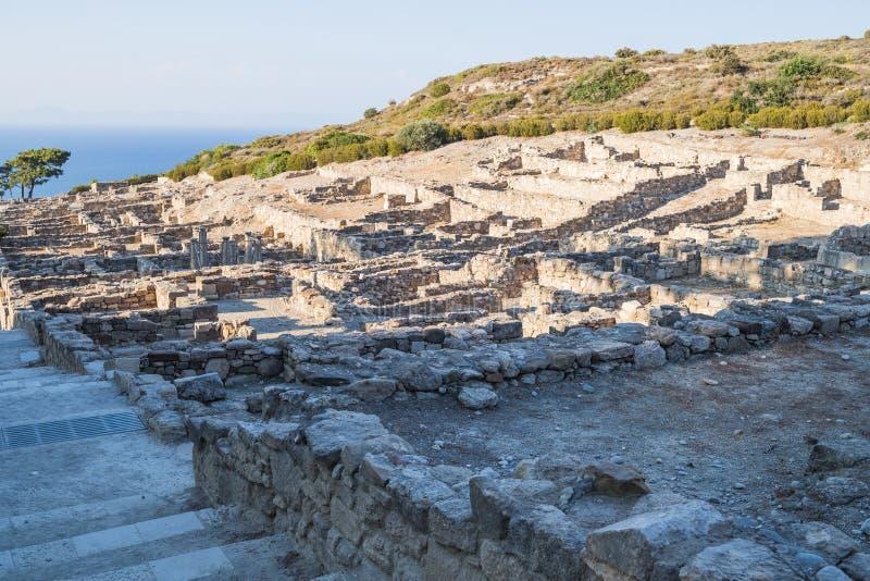 Kolonner av den doric templet i stad av Kamiros Hellenistic hus i forntida stad av Kamiros, ö av Rhodes, Grekland royaltyfria bilder