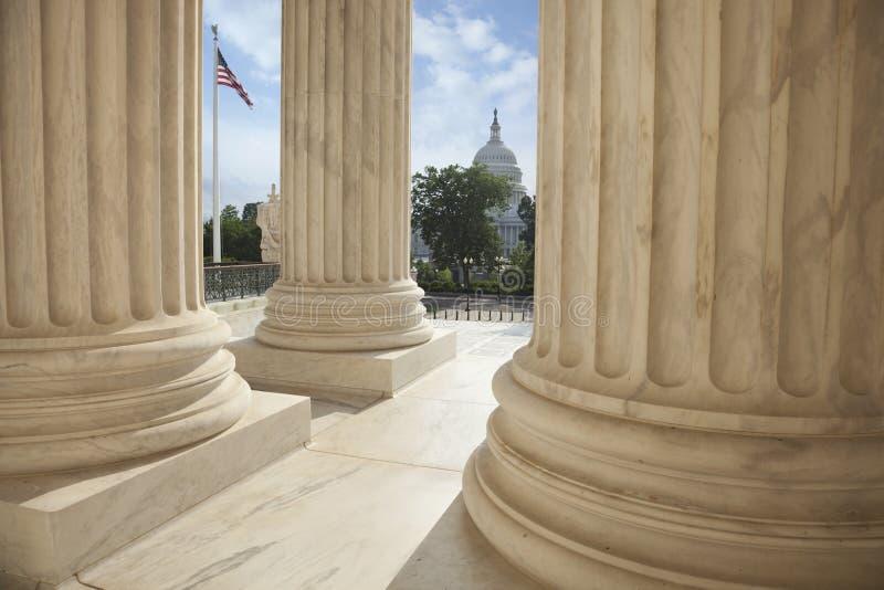 Kolonner av högsta domstolen med en amerikanska flaggan och USA Ca arkivbild
