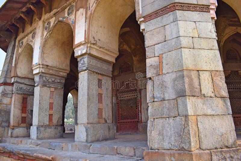Kolonner av Isas Khans gravvalv i staden av Delhi royaltyfria foton