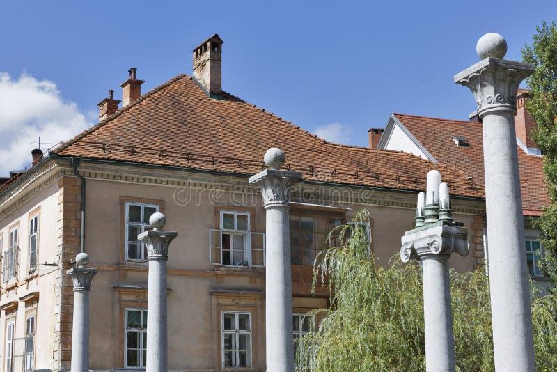 Kolonner av skomakaren Bridge i Ljubljana, Slovenien arkivfoton
