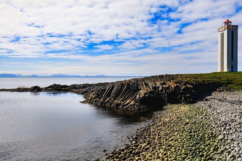 Kolonner för ljust hus och basaltpå Kalfshamarsvik i Island royaltyfria bilder