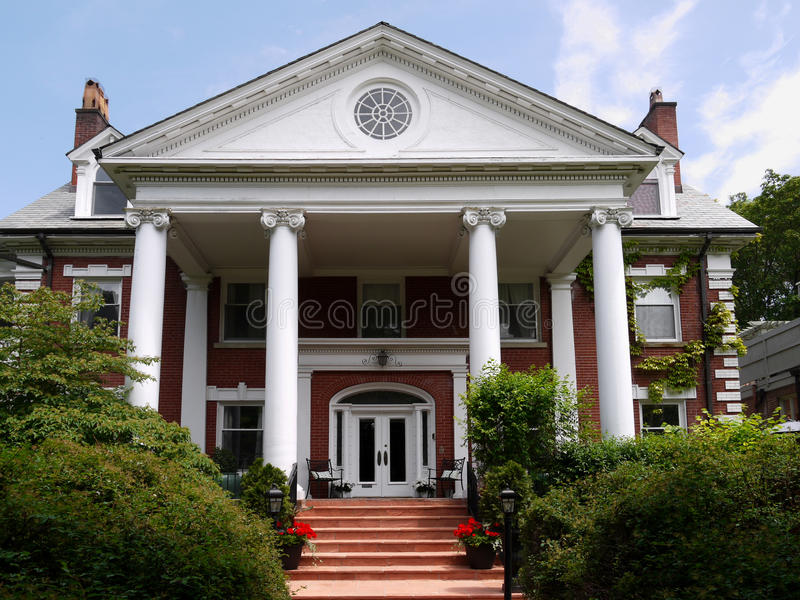 kolonner house stort royaltyfri bild