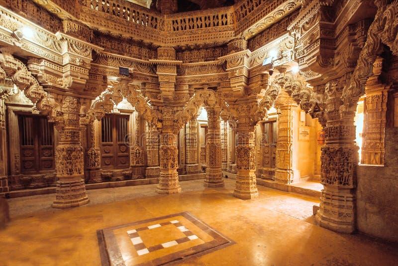 Kolonner med stenlättnader i indisk tempelvägg Forntida arkitekturexempel med Jain motiv, Jaisalmer av Indien fotografering för bildbyråer