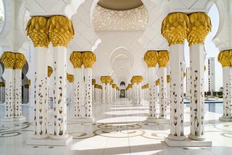 Kolonner och arabesques av den storslagna moskén Abu Dhabi