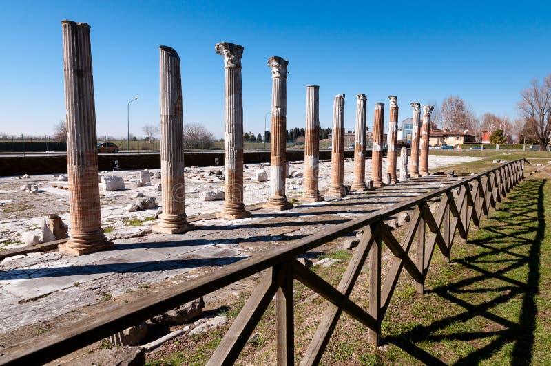 Kolonner och staket på arkeologiskt område av Aquileia arkivfoto