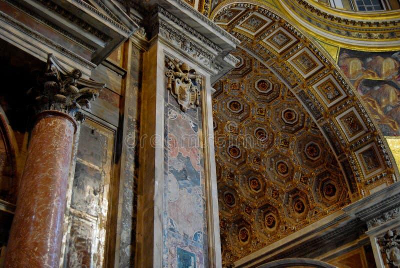 Kolonner och tak inre Vatican City St Peters royaltyfria foton