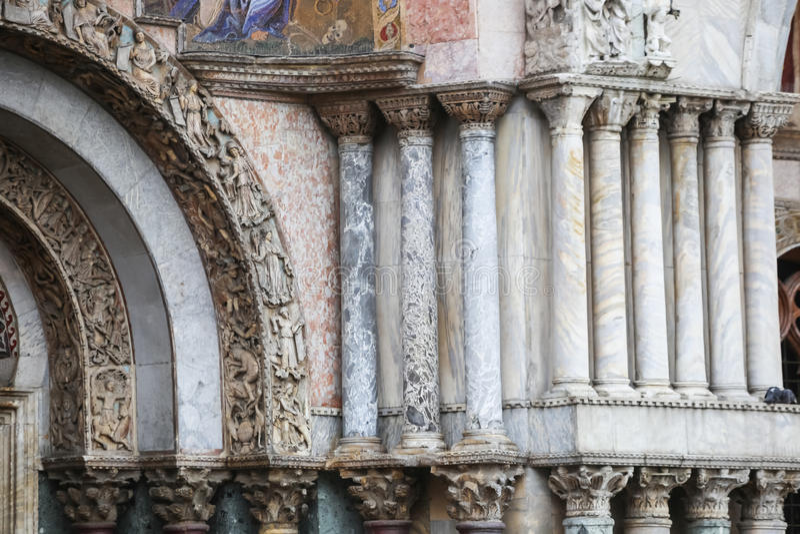 Kolonner på basilika av St Mark royaltyfria foton