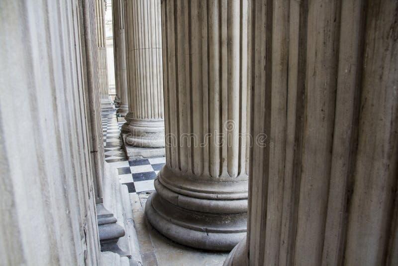 Kolonner på ingången av St Pauls Cathedral, London, England, UK, Maj 20, 2017 arkivfoton