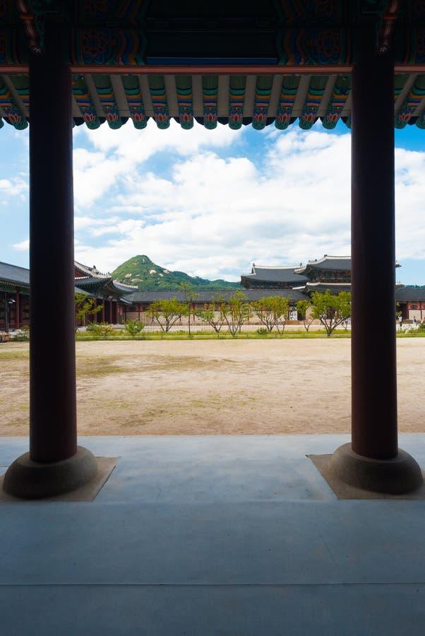 Borggård för smuts för Gyeongbokgung slottSeoul kolonner fotografering för bildbyråer