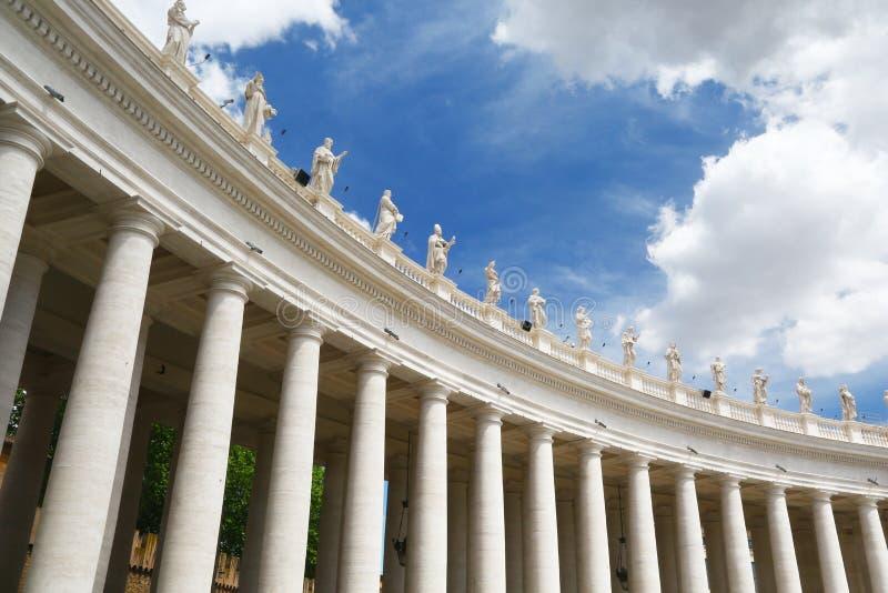 Kolonner & statyer i StPeters fyrkant, Rome royaltyfria foton