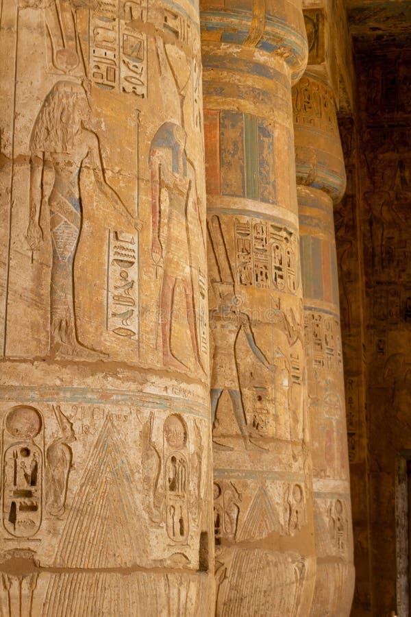 Kolonngarnering i peristylkorridoren av den Medinet Habu templet fotografering för bildbyråer