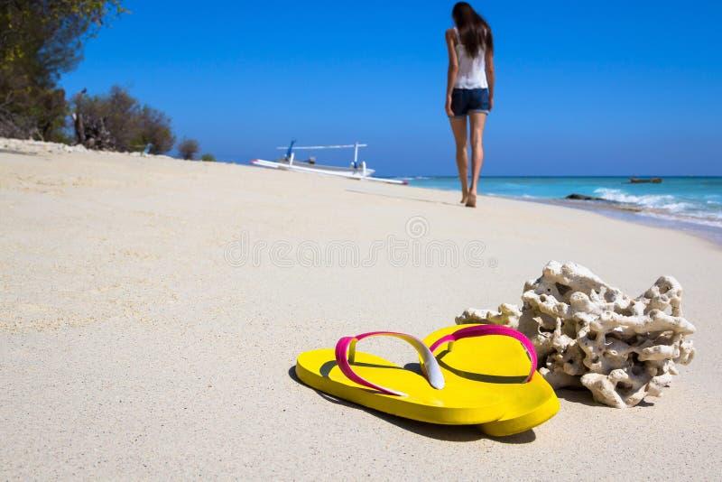 Kolorów żółtych łupki na plaży obraz stock