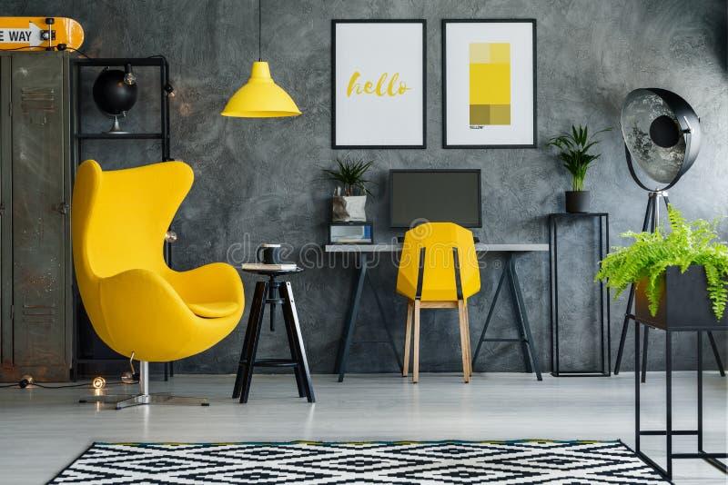 Kolorów żółtych akcenty i retro akcesoria zdjęcia stock