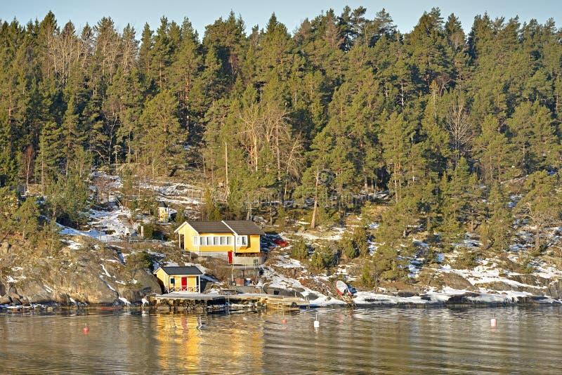 Kolorów żółtych domy na linii brzegowej morze Wczesna wiosna w Bałtyckim obraz royalty free
