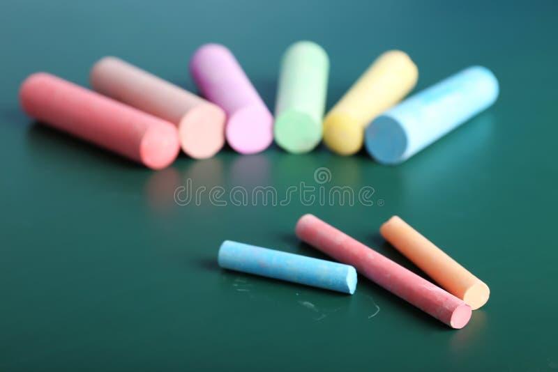Kolorów kawałki kreda na stole, zdjęcie royalty free