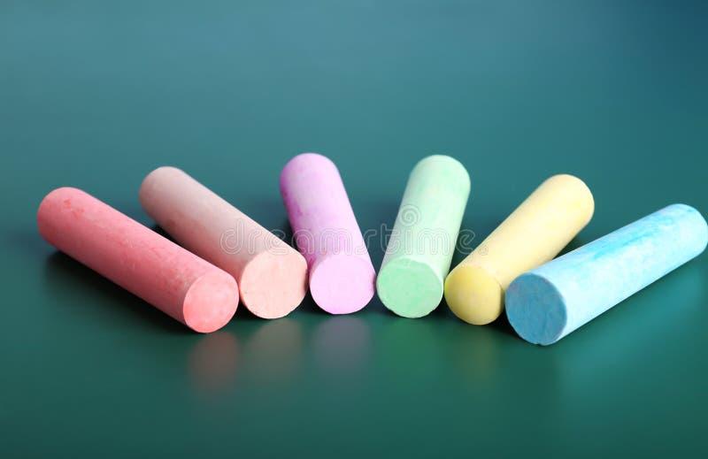 Kolorów kawałki kreda na stole, zdjęcia stock