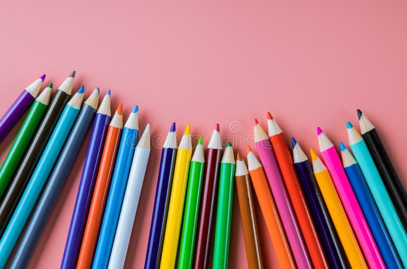 Kolorów ołówki odizolowywający na różowym tle obraz royalty free