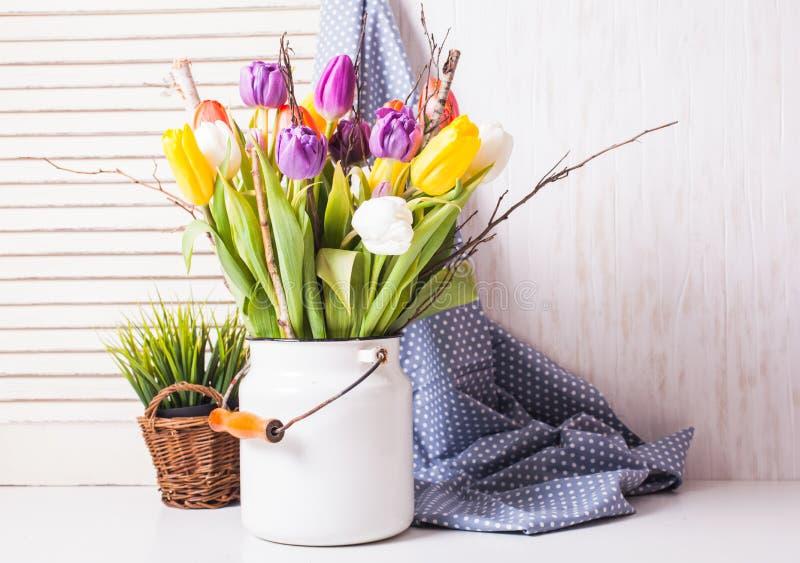 Kolorów tulipany w trzcinie zdjęcie stock