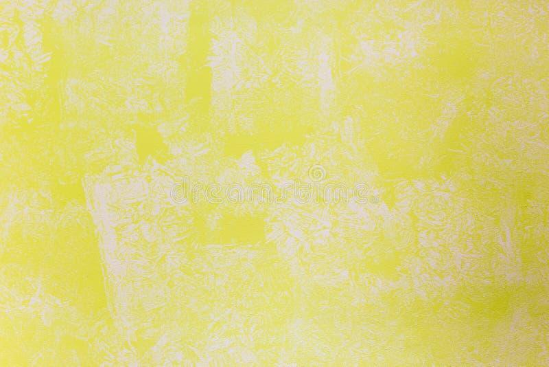 Kolor żółty ściana malująca z textured farba rolownikiem zdjęcia stock