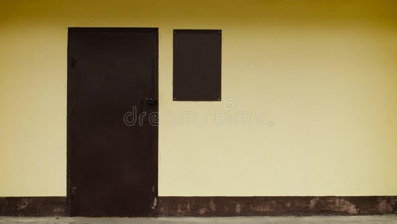 Kolor żółty ściana z drzwiowym minimalizmem obraz royalty free