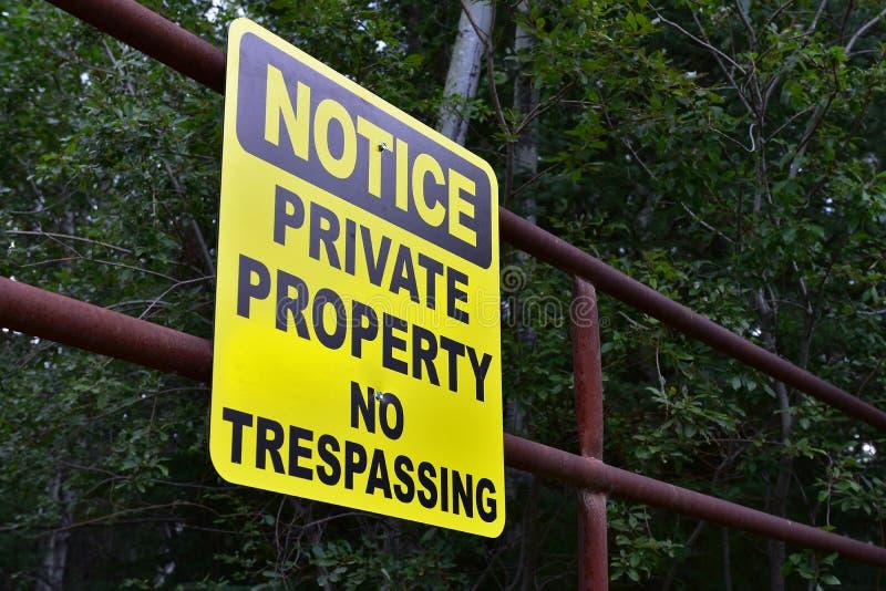 Kolor żółty Żadny Trespassing znak zdjęcie royalty free