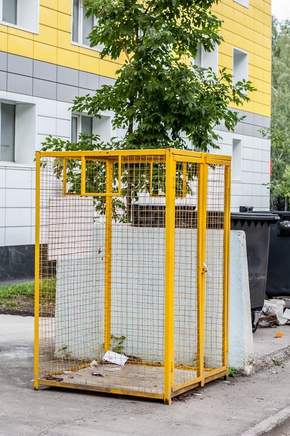 Kolor żółty żelazna siatka dla klingerytu odpady dla przetwarzać blisko budynek mieszkalny bloku zdjęcia royalty free