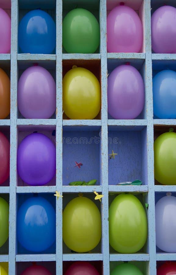 Kolor żółty, czerwień, purpura, błękitni nadmuchiwani balony dzieli w sektory projektujących bawić się strzałki fotografia stock