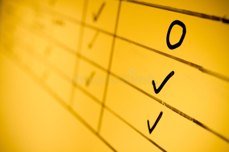 Kolor żółty deska pisać z czarnym chemicznym piórem obrazy royalty free
