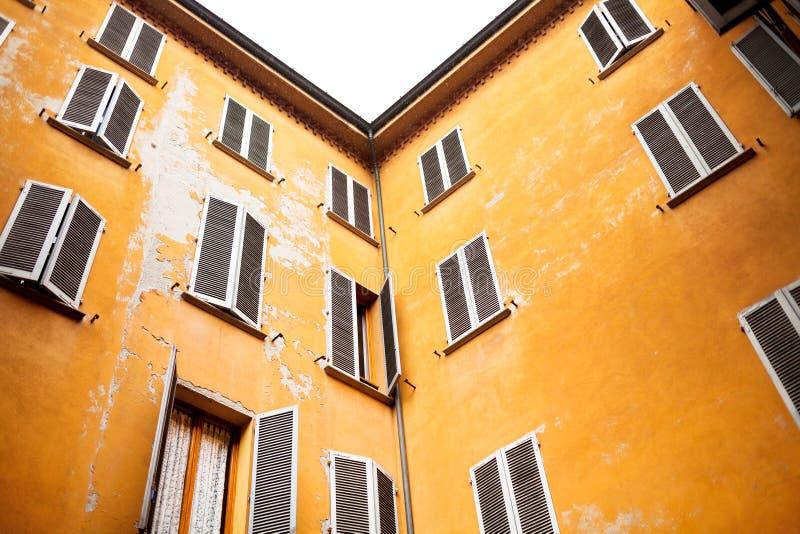Kolor żółty domu ściany w włoskim miastowym patiu zdjęcia stock