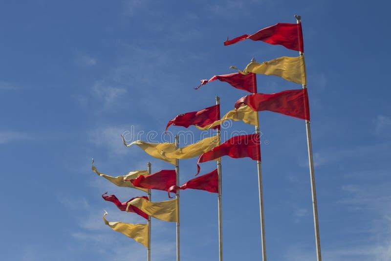 Kolor żółty i czerwone flaga na niebieskim niebie zdjęcie royalty free