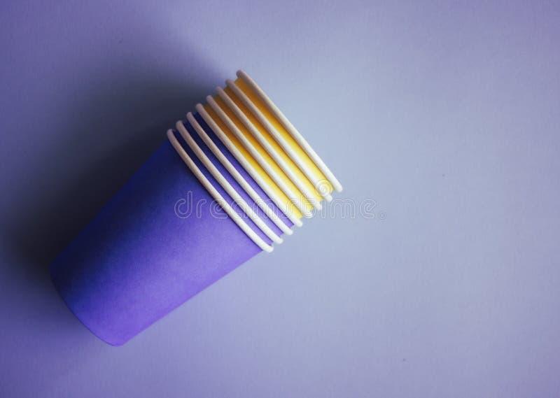Kolor żółty i purpurowe papierowe filiżanki zdjęcie royalty free