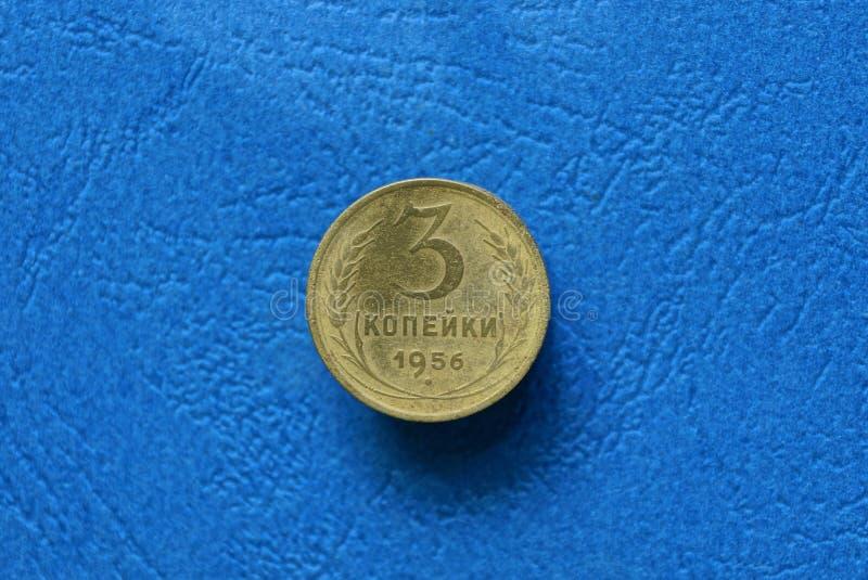 Kolor żółty monety trzy kopiejki kłama na błękitnym stole fotografia royalty free