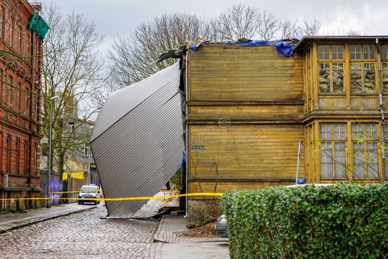 Kolor żółty policja nagrywa obwódki ten budynek podąża surową burzę która podnosił metalu dach i usuwał obraz royalty free