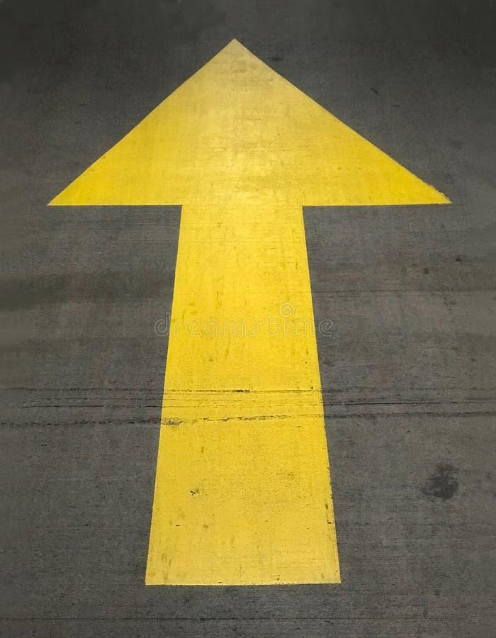 Kolor żółty W górę strzały Malującej na Betonowej powierzchni w parking fotografia stock