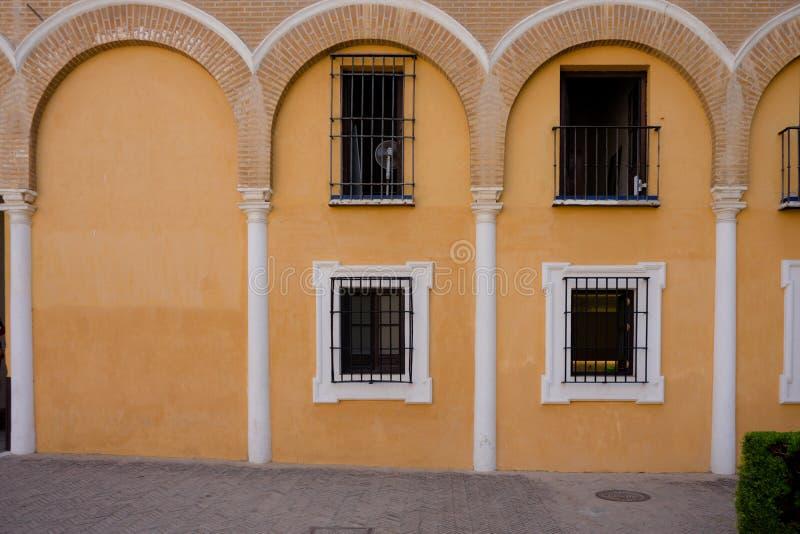 Kolor żółty wysklepia nad balkonowy okno w Seville, Hiszpania, Europa obrazy stock